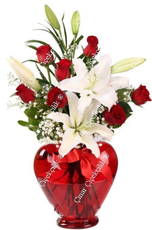 Kalp Cam Vazoda 7 Adet Kırmızı Gül Beyaz Kazabılanka