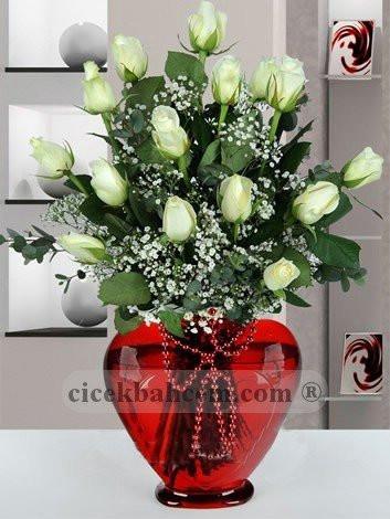 Kalp Vazoda 15 Adet Beyaz Gül KALP102